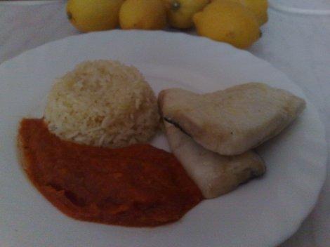pescada en salsa con arroz muomi